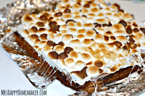 These Easy Peasy S'mores Brownies couldn't be any simpler. They use a boxed brownie mix to make things super simple & they couldn't be any more delicious. | MrsHappyHomemaker.com @thathousewife