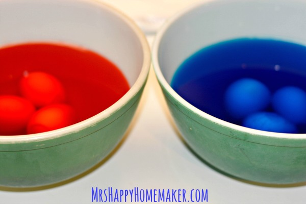 What's better than deviled eggs at a 4th of July or Memorial Day cookout? Red White & Blue Deviled Eggs, that's what! They're the perfect patriotic side dish! | MrsHappyHomemaker.com @mrshappyhomemaker