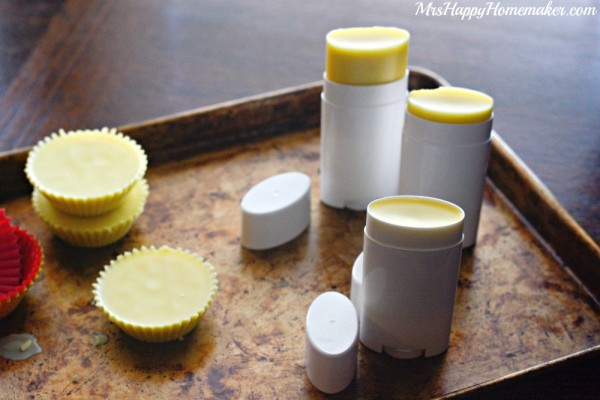 Make your own lotion bars in just 3 ingredients! I love these so much - especially on damp skin after a shower. Amazing! | MrsHappyHomemaker.com @thathousewife