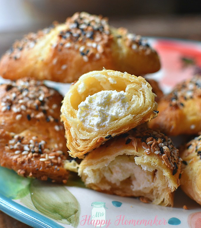 EVERYTHING BAGEL CRESCENT BITESare only 3 ingredients! Cream cheese stuffed everything bagel bites made with crescent dough